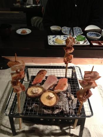 食事も古民家の雰囲気で♪食事処「囲炉裏茶寮 八里」では美味しい囲炉裏料理が楽しめます。里山ならではの食材と炭火焼に箸が進みます。