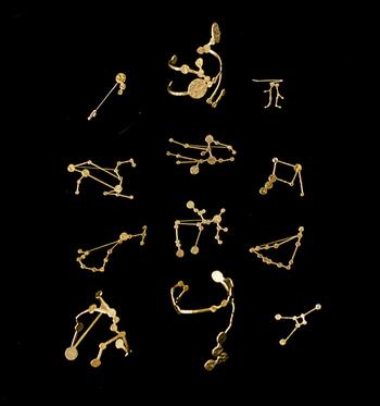 Si-Si-Si(スースースー)の真鍮星座モチーフブレスレット。いつものゴールドのアクセサリーも、ちょっと形の変わったものを選んでみると、コーディネートに変化が生まれます。