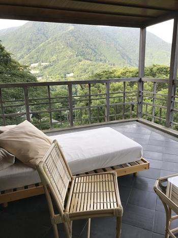 強羅駅から徒歩約3分。富士箱根伊豆国立公園に位置し、箱根山麓が美しいお宿といえば強羅花壇です。露天風呂の後は、こんな素敵なベランダで景色を独り占めしてみませんか?