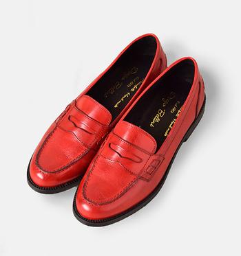 定番の色味はもちろん素敵ですが、今年はやっぱり、赤系のカラーrossoが気になります。オメカシ靴に一足あると嬉しいローファー。定番色をお持ちなら、コーディネートのアクセントに今年はカラーを一足いかがですか。