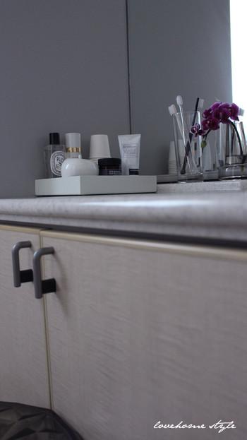 限られた洗面台のスペースにちゃんと収まるトレイを選ぶのがポイント。例えば角にぴったり収まるようスクエア型のトレイを選んで見た目も美しく。お掃除の時もトレイごと移動できるので、お手入れもしやすいですよ。