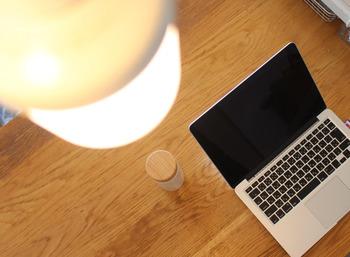 無印からは、なんと照明とスピーカーが一体型になっているアイテムが!天から音が降り注いでくるようなお部屋では、PC作業もはかどりそうですね。