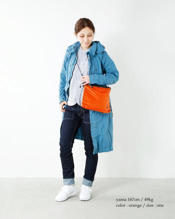 スポーティーなナイロンバッグには、くっきりとした鮮やかなカラーがよく合います。ブルーでまとめたコーディネートに、差し色としてオレンジのショルダーバッグを組み合わせて。アウトドアにもぴったりのスタイルです。