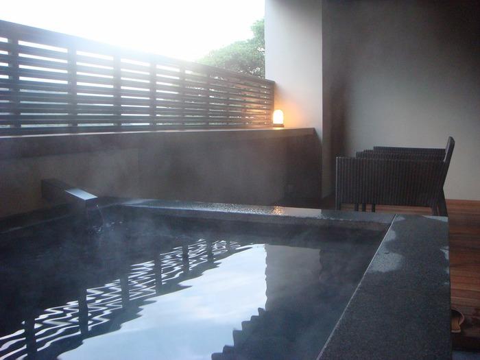 こちらは源泉かけ流しの客室露天風呂です。他にも標高200mから一望できる箱根連山をバックにロマンチックなサンセットや星空を楽しめる「貸し切り露天風呂」があります。貸し切り露天風呂は、チェックイン後に忘れずに予約して入浴しましょう♪