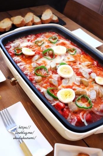 トマト缶と野菜で作ったトマトソースのピザ。ピザといってもピザ生地は使わずに、バケットを使います。バケットを使うと、ピザ生地を作る手間が省けるので、大人数分のピザだってラクラク。バケットにソースをたっぷりとのせて、召し上がれ♪