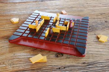 こちらはフランス製の「コリドール」というボードゲーム、ナチュラルでほっこりする木製の見かけに反して、なかなか頭を使う大人ならではの遊びです。