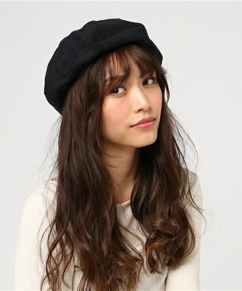 ゆるウェーブした毛先のボリューム感を楽しむダウンスタイル。 クラシカルなベレー帽とラフなカジュアル感のバランスが絶妙です。