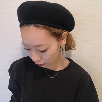 髪を毛先近くでゆるく一つ結びしたあと、折り込んで内側をピンで留めればなんちゃってショート&ボブ風アレンジの完成♪ 一つ結びの加減で、ショート~ボブまで長さを調節できます。