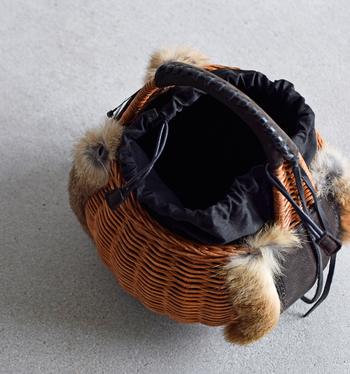 レザーとラビットファーをがごに組合せた独特の作りが、秋冬感を演出。巾着タイプで、荷物の出し入れのストレスもなく、使い勝手も◎