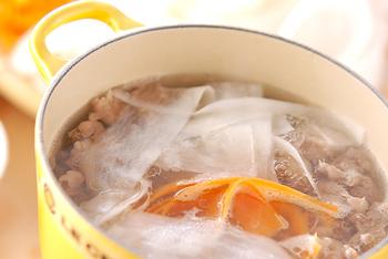 ピーラーで薄くスライスした大根が牛すじ肉の旨味をたっぷり吸い込んで、スープとして味わっても美味しいしゃぶしゃぶです。 残ったお出汁は、味噌汁やスープなどにリメイクするのも楽しみですね!