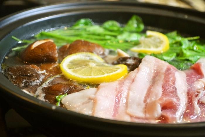 昆布だしと日本酒をたっぷり入れたお出汁は、塩レモンの効果でお肉を柔らかく仕上がります。 さっぱりした味わいが、豚肉にピッタリ。クレソンと3枚肉、出汁に浮かべたレモンが鮮やかなサラダのようです。