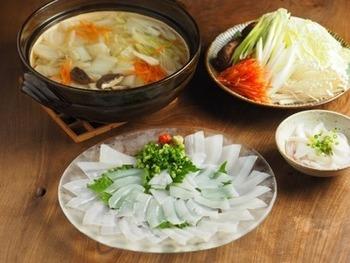 お刺身用のヤリイカを薄切りにしてしゃぶしゃぶでいただく海鮮鍋は、ポン酢しょうゆやワサビ醤油で頂きます。 サッと熱を加えたヤリイカは、食感の良さと甘みを増して美味しい♪