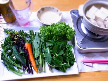 生のままだとボリュームたっぷりに感じる葉もの野菜は、しゃぶしゃぶにするとペロリと頂けちゃいます。 お肉無しでは寂しいという時には鶏肉や豆腐を入れて、バランスのいいヘルシー鍋でいただきましょう♪
