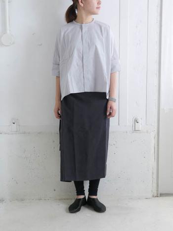 レギンスをナチュラルに着こなしたい方は、長めボトムに合わせるのが正解。詰襟シャツを合わせると、ラフながらもきちんと感のあるコーデに。