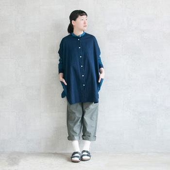 チュニック丈のシャツにラフなパンツを合わせたナチュラルスタイル。分厚めのソックスならサンダルでもOK。