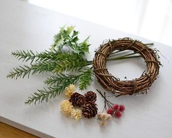 植物のツルを巻いた土台が最もポピュラーで、初めての方も作りやすいのでおすすめ。写真は土台と花材がセットになっていますが、土台だけでも通販などで手軽に入手できます。