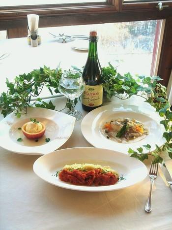 前菜からデザートまで、地の旬を生かすCountry Food Course(カントリーフードコース)などのコース料理が提供されています。
