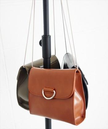 続いてご紹介するのは、どこか懐かしさを感じるクラシカルなデザインのショルダーバッグです。ちょっとしたお出かけに最適で、斜めがけでもきちんと感が出るのが魅力。カジュアルなコーディネートに上手に合わせてみましょう☆