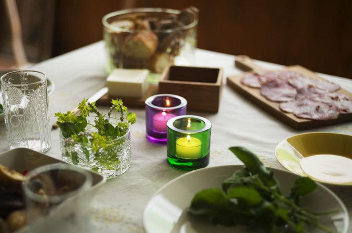 キャンドルは暗い時ばかりでなく、明るい時でも灯すことにより暖かな雰囲気を作り出します。シンプルなキャンドルホルダーはどんなお料理にもよく合いますね。
