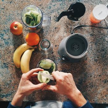 今回は「フルーツ」編。 皮までおいしく食べる方法はもちろん、フルーツを長めに保存するアイデア、『食べる』以外の利用法などをご紹介したいと思います♪  *皮を食べるときは、無農薬などカラダに優しいものを選ぶか、農薬やワックスを落とすためにナチュラル系アイテムで洗うのがおすすめです。