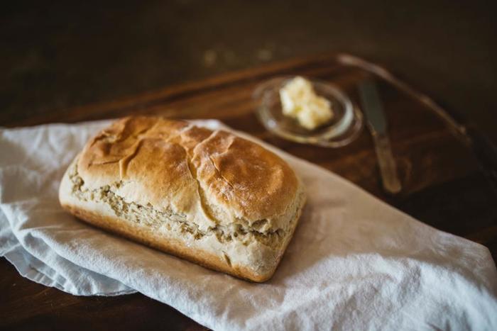 シンプルだからこそ、ひとつひとつの素材はちょっとこだわってみましょう。 ハムやソーセージはとびきりおいしいものを。パンはお気に入りのパン屋さんで焼きたてを買ってもいいですね。バターやジャムも、ちょっと気になるブランドのものをストックしておいたり…食べる前からわくわくするほんのちょっとのこだわりでテーブルが華やかになります。
