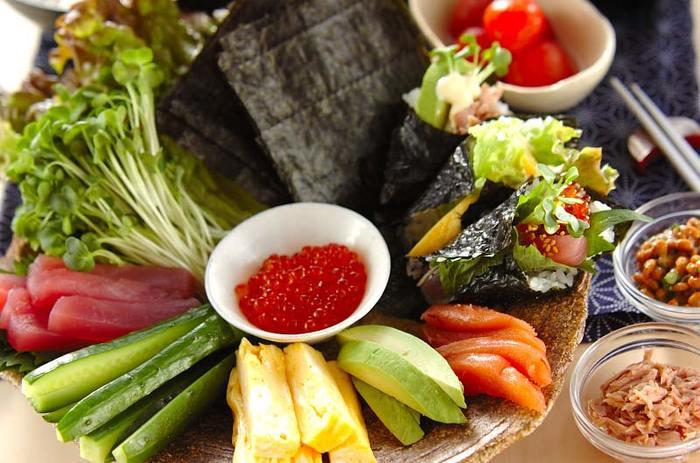 パーティーの定番メニューといえば手巻き寿司ですよね。自分の好きな具材を好きな組み合わせでクルクルと巻いて食べれば、みんな笑顔に♪手巻き寿司は刺身の他に、きゅうりやアボカドなどの野菜、卵焼きや納豆、ツナなど具材を豊富に揃えておくと、組み合わせの楽しみが増えますよ♪
