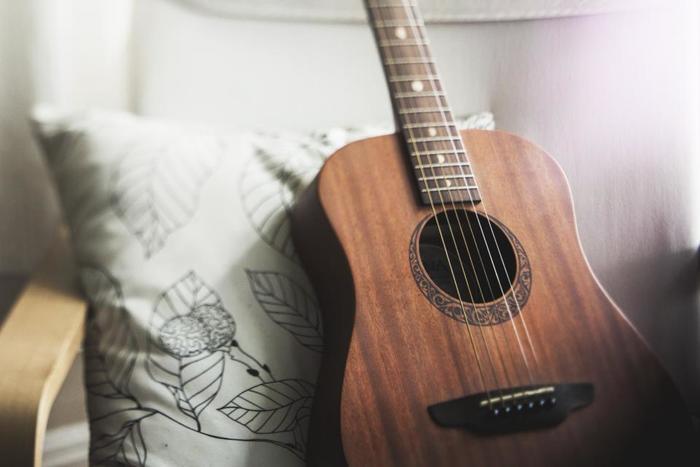アコースティックな曲のいいところは、その人の声をしっかり聴き取れるとこ。そして楽器ひとつひとつの音もはっきり聴こえるので、より心に響きやすくなります。しんしんと降る雪を窓から眺めつつ、冬の冷たい空気と温かいコーヒー、そしてアコースティックの優しい音色に包まれてみませんか?
