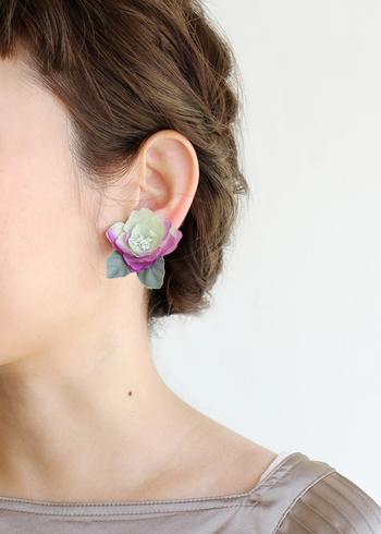 こちらもアトリエ染花とのコラボアイテムで、耳にそのまま付けるタイプの「紫陽花イヤリング」。ぶらさがるタイプのピアスとは印象が異なり、ナチュラルファッションにも合わせやすいアクセサリーですね。