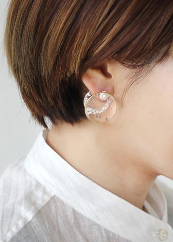 耳たぶを挟んで演出される透明感は、まるでひとつの芸術作品のようですね。