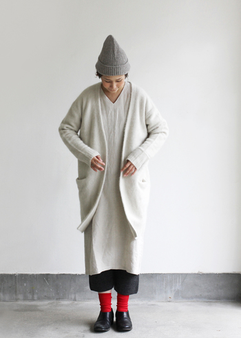 ワンピースはそのまま一枚で着たり、秋冬は靴下やレギンス・タイツを合わせて着る、という女性は多いはず。でも今年の秋冬はもう少し着こなしの幅を広げて、パンツを合わせるスタイルに挑戦してみませんか?