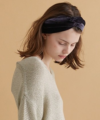光の角度によっても色のニュアンスも素敵。しっとりとした肌ざわりのベロアは、上品なあたたかさをプラスしてくれます。