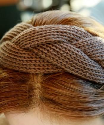 肌寒い季節のお出かけのファッションにあたたかさをプラスしてくれるニットターバン。こちらはざっくりとした太めの編み込みデザインが特徴的。
