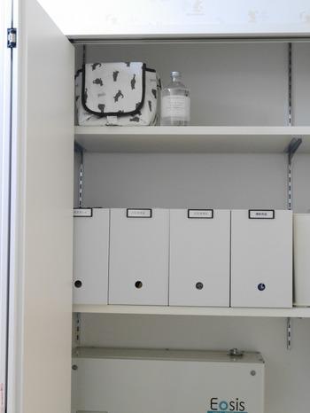 収納棚内も綺麗に保ちたいところ。普段目隠しされている場所だからこそ、乱雑になりがちですが、ボックスを使ってスッキリ収納。ボックスのカラーもすべて白にすることで統一感も生まれます。