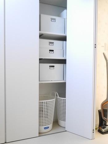 脱衣所に置いておくと、一気に生活感が増す洗濯物を溜めるカゴ。思いきって隠す収納はいかがでしょう。クローゼット内に仕舞ってしまえば、見た目もスッキリとしますね。