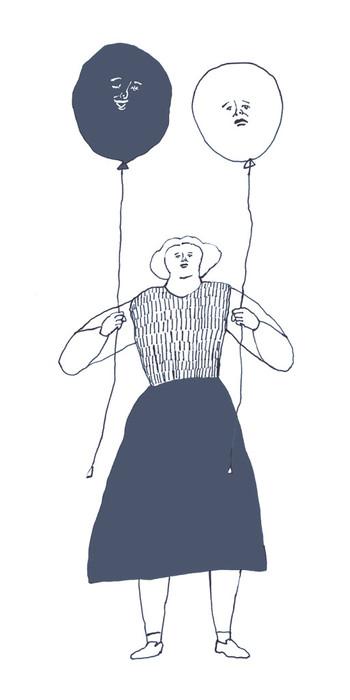 「縦横無尽に、感情」  微笑む表情の風船と、悲し気な表情の風船を両手に持つ女の人。にっこり笑いながらどっしりと立つ女の人の両手に揺れる風船が、何か言いたげでじっくり見入ってしまいます。