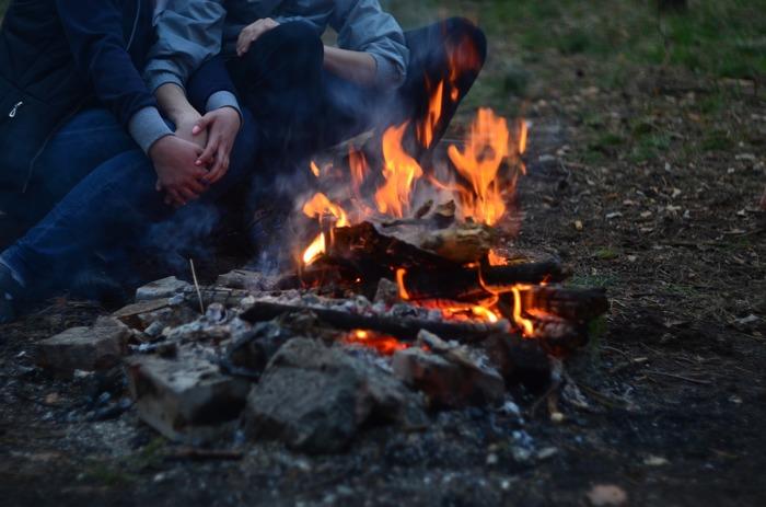 はじめての焚き火は、小さなものからスタートするのが安心。慣れてきたら徐々に規模を大きくしたり、あわせて楽しむための道具などを増やしていきましょう。キャンプでの時間を特別なものにしてくれる「焚き火」を、安全に、あたたかく、楽しんでみませんか?