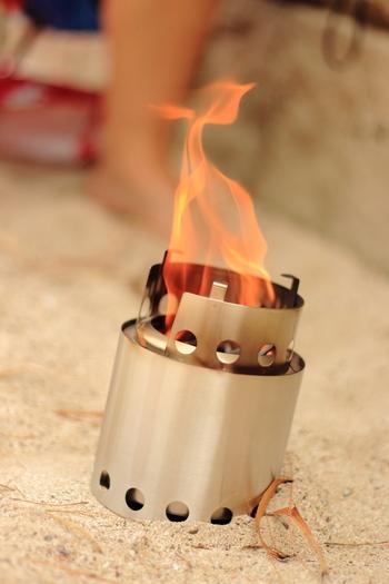 小さなストーブで楽しむ、お一人様用の「プチ焚き火」はいかが?広いスペースがなくても炎のゆらめきを楽しめます。