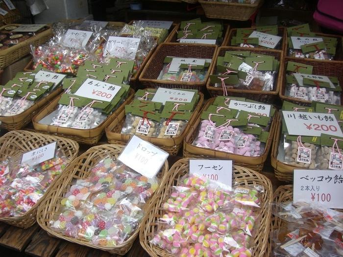 色鮮やかな飴の数々。花や格子柄などの定番商品のほか、季節限定も作られているので訪れるたびに新しい飴に出会えます。「いも飴」や「かつぶし飴」など、他では見ることのない珍しい味もあるので、川越観光のお土産にも喜ばれそう。