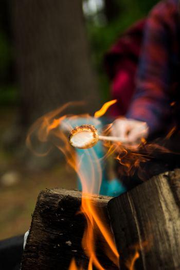 「スモア」は、焼きマシュマロを使ったおしゃれなキャンプスイーツ。まずはマシュマロを炙ります。このままでも美味しそうだけど、もう一手間かけちゃいましょう!