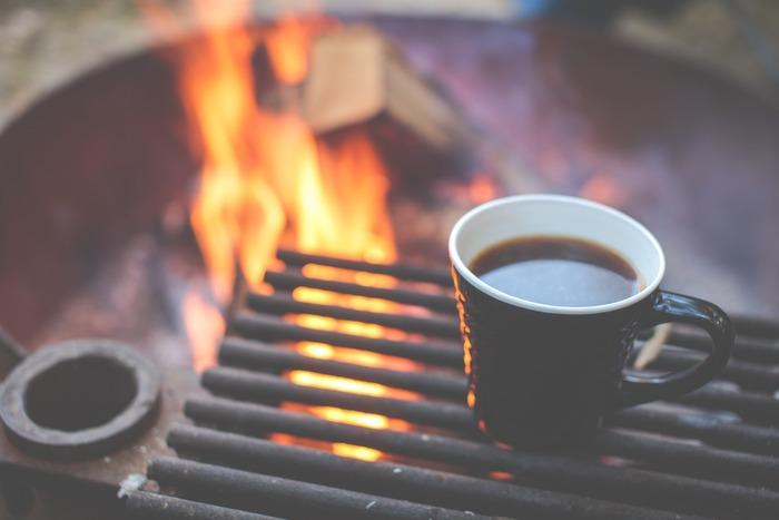 ケトルを直火にかけ、手挽きのミルで豆を挽き、立ちのぼる香りを楽しみながら珈琲を淹れる…淹れ方はドリップでも、パーコレーターでもお好みで。焚き火のそばでは、ひとつひとつの工程がエンターテインメントです。