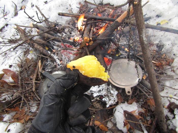 「焚き火」といえば「焼き芋」!とダイレクトに連想する方も多いのでは?洗ったさつまいもを新聞紙でくるみ、アルミホイルで二重に巻いて薪の間に差し込むだけ。30分ほどで焼き上がりますよ。