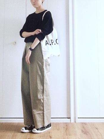 ユニクロのトップスに、ワイドチノ、エコバッグでカジュアルに。今年は秋冬も断然、タックインがおしゃれ♪手持ちのワードローブも着方によって新鮮な雰囲気になりますね。