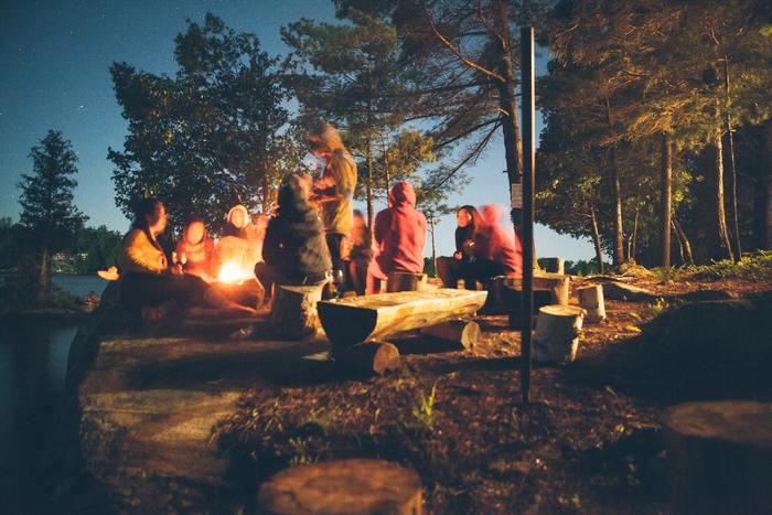 仲間が集まる場所の中心にも焚き火はぴったり。にぎやかにおしゃべりしたり、歌を歌ったり、ゲームをしたり…子供の頃のキャンプファイヤーを思い出しそう。