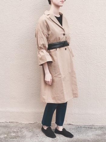 コートを、サッシュベルトでワンピース風に着た今年らしいレイヤード。コート自体に存在感がある場合は、その他のアイテムをシンプルに。が鉄則です。