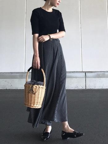 あまりファーを主張させたくないなら、かごバッグの内布がファーになっているタイプを選びましょう。すっきりとしたモノトーンコーデのアクセントにぴったりです。