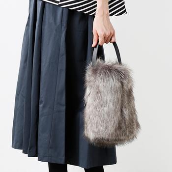 ころんとした形が可愛い、バケツ型のファーハンドバッグです。日常使いはもちろん、おでかけにも使えます。