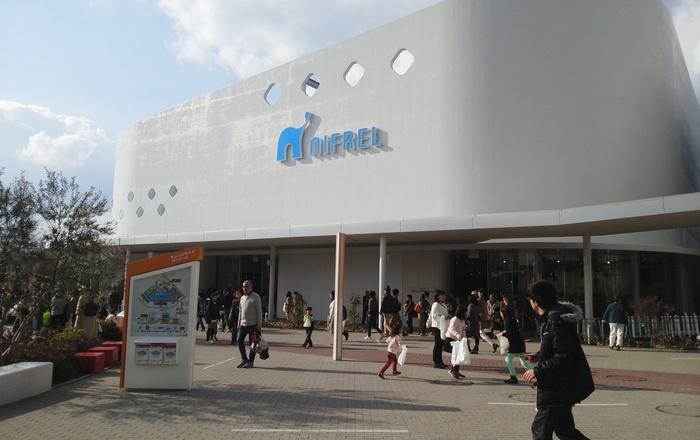 ニフレルは、大阪・吹田市にある大型ショッピングモール・エキスポシティ内にある水族館。「○○に触れる」をコンセプトにしているため、「ニフレル」という名前が付きました。大阪で有名な水族館「海遊館」がプロデュースしていることでも有名です。水族館ではありますが、美術館のようなアーティスティックな要素も加わっており、今までにない水族館として話題になりました。