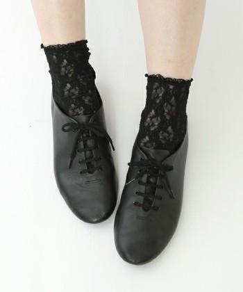 普段何気なく履いてる靴下ですが、こうやって見ていくと素材や柄、カラーやデザインなんかも本当にいろいろですよね。これからの季節、防寒も兼ねて靴下を履く機会が増えると思いますが、少しだけ靴下コーデに気を配ってみてください。いつものコーデに素敵な斬新さをプラスできるかもしれませんよ♪