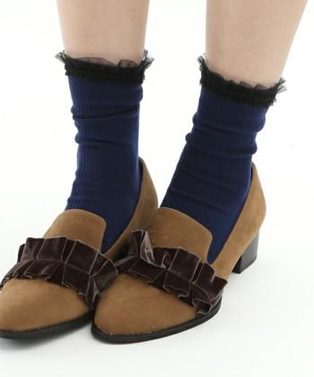 チュール素材もコーデにふわふわとかわいらしい雰囲気を添えてくれます。ダークトーンの靴下なら子供っぽくならずに楽しめます。