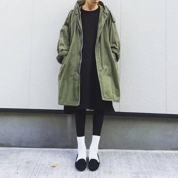 黒タイツに白ソックスを重ね履きするのが、密かなトレンドに。色数を減らしたコーデを意識して。